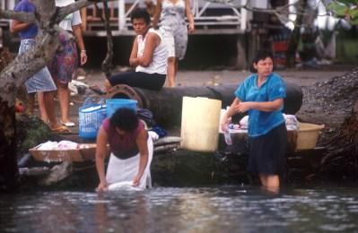 Costa Rica, Tortuguero, río Tortuguero, lavando la ropa