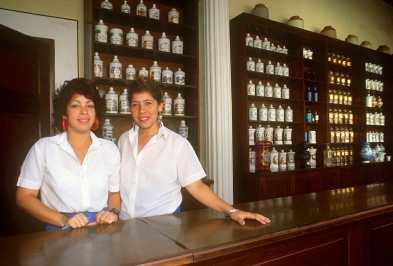 Cuba, La Habana, Dependientas de la Farmacia