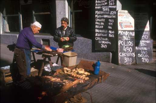 Uruguay, Montevideo, Barrio Sur, parrillada en la calle