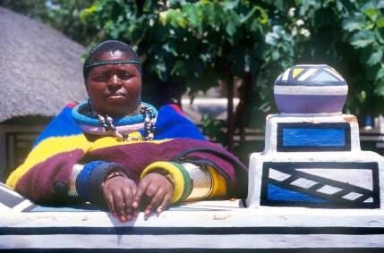 Sudáfrica, Transvaal, Middelburg, pueblo Botshabelo, Arte Ndebele, retrato