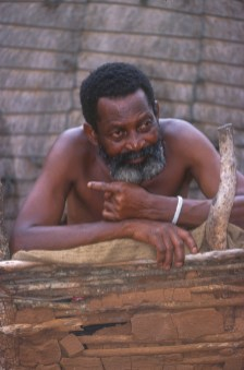 Sudáfrica, Natal Kwa-Zulu, Empangeni, poblado Zulu, anciano Zulu, retrato