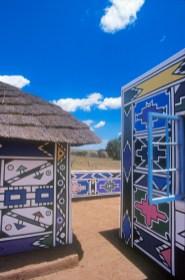 Sudáfrica, Transvaal, Middelburg, pueblo Botshabelo, Arte Ndebele, mural