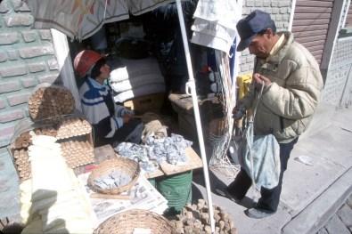 Bolivia, Potosi,venta de hojas de Coca para trabajadores de la mina