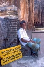 Sri Lanka, Polonnaruwa, Monasterio Lankatillaka, vigilante, retrato