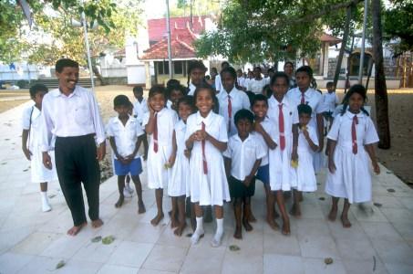 Sri Lanka, Polonnaruwa, recinto Árbol Bo, grupo escolar y su maestro de visita