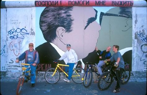 Alemania, Berlín, El Muro, Jóvenes en bicicleta