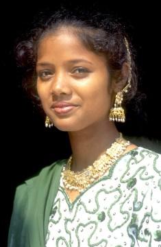 India, Uttar Pradesh, Delhi, templo Lakshmi Marayan, una joven visitante al templo, retrato
