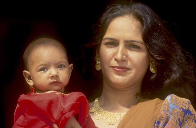 India, Uttar Pradesh, Delhi, madre y su hija en el templo Lakshmi Marayan, retrato