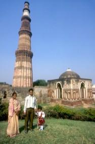 India, Delhi, Qutab Minar, una familia posa en el alminar mas alto del mundo