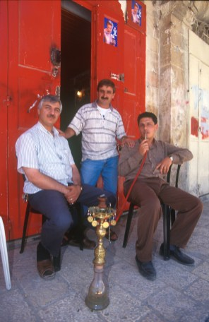 Israel, Jerusalén, barrio Arabe , amigos fumando en Narguile, retrato