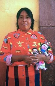 México, San Miguel de Allende, vendedora ambulante, muñecas de trapo. retrato