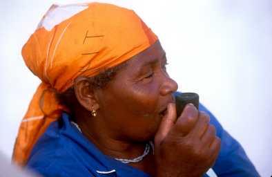 Cabo Verde, Isla de Sal. Señora fumando en pipa