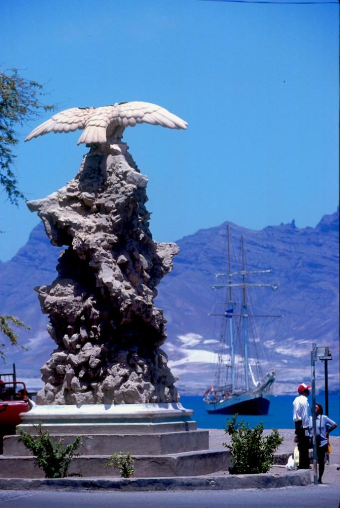 Cabo Verde, Isla Sao Vicente, Mindelo, monumento a los pioneros aviadores, escultura
