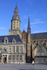Flandes, Veurne, ayuntamiento, plaza Mayor, bicicleta