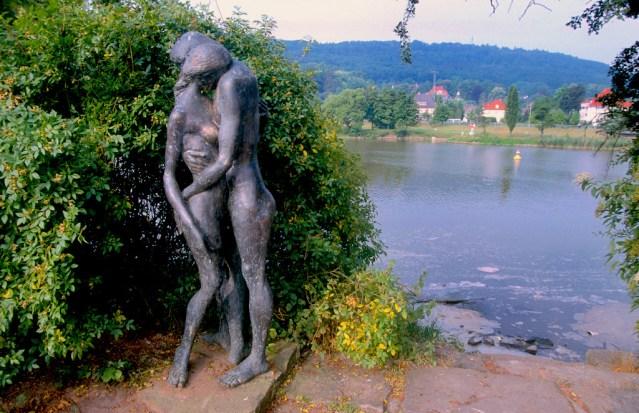 Alemania, Baja Sajonia, Hameln, escultura al pie del río Weser