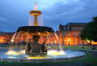 Alemania, Baden-Wurtemberg, Stuttgart, Plaza del Palacio, nocturno