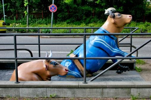 Alemania, Hamburgo, calle Mittelweg, vacas saliendo del metro, escultura, animal