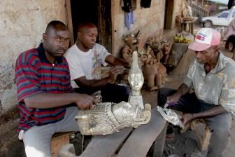 Camerún, Foumban, calle de Artesanos, metal, escultura