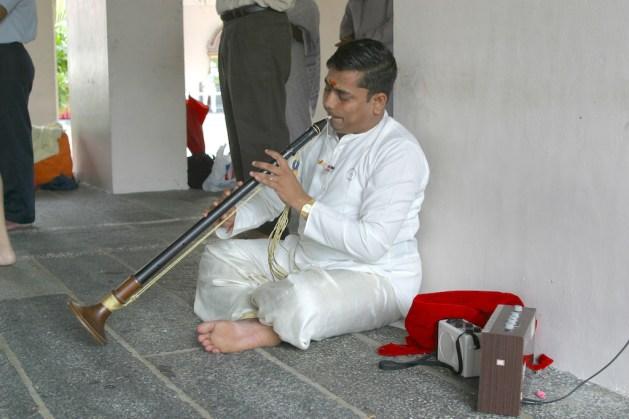 Singapur, Chinatown, templo Sri Mariamman, músico