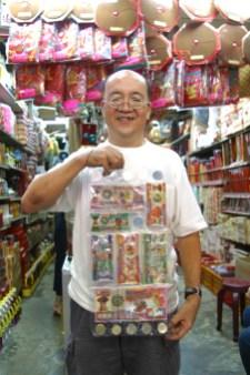 Singapur, Chinatown, Sr Nam, tienda Taoísta (Dólares Para Quemar), retrato