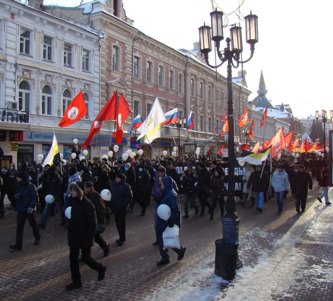 Protestors_march_by_main_street_of_city,_Nizhny_Novgorod,_4_February