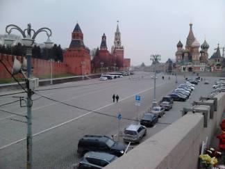 07.04.2016. Утро на Немцовом мосту. Всё больше и больше машин.