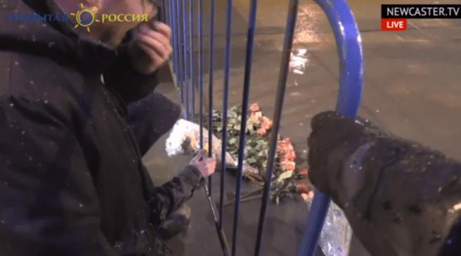 01:33 На место убийства Немцова начали приносить цветы.