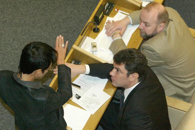 Фото: Дмитрий Духанин / Коммерсантъ Ирина Хакамада, Борис Немцов и Павел Крашенинников на пленарном заседании Госдумы, 20 марта 2003 года