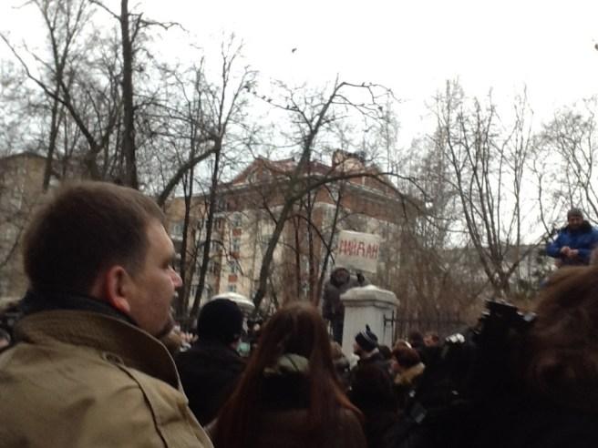 И тут над забором Михайловского садика появился бородатый дед и сел на этот забор (стальная решётка из вертикальных пик, сантиметров 30 между пиками).