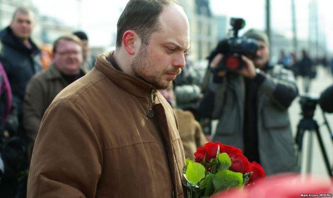 Владимир Кара-Мурза младший у народного мемориала памяти Бориса Немцова на месте его убийства