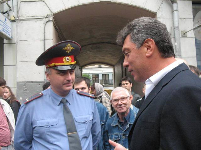 После того, как флаг отобрали (в День Флага!), часть людей засадили в автозак и повезли Арбатское отделение милиции. Толпа пошла туда за Немцовым. И там он объяснялся с милиционером — очень интеллигентно. (ссылка)