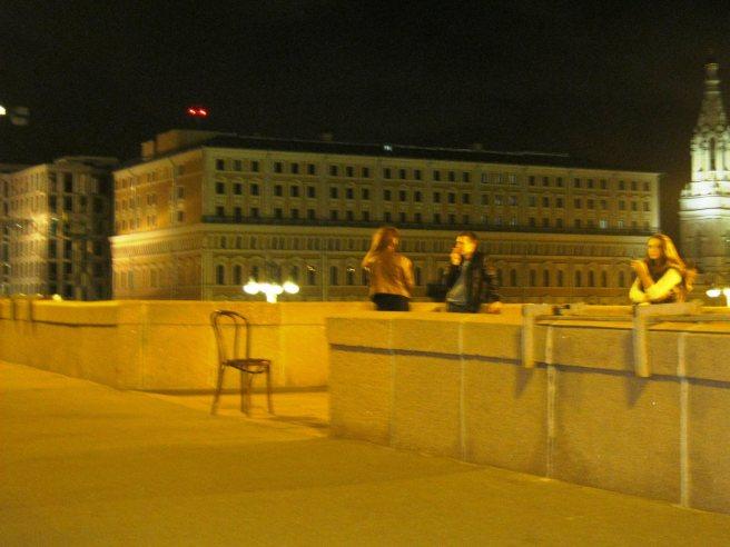 Немцов мост. Пришли молодые люди со стулом. Устроили небольшую сценку с ним. Почему, зачем не понятно. Но очень интересно. Увидели, что я фотографирую стали улыбаться и махать руками. Что это было не понятно, но интересно...