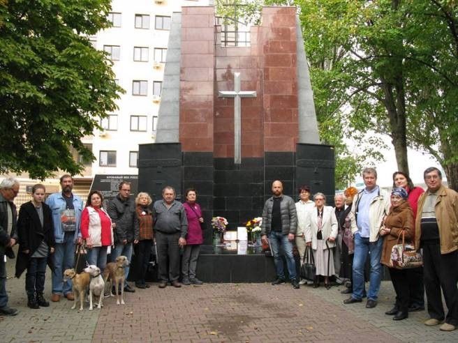 А вот мы почти все (кроме тех, кто уже ушёл немного раньше) — с Анастасией Дейнека, Валентиной Толмачевой и Станиславом Трунтаевым.