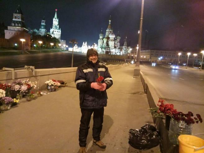 Татьяна рассказывает, что розами и гвоздиками сегодня Сергей Киреев занимался. Говорит, что очень ему понравилось.