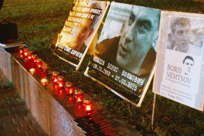 На фото — Мемориал Немцова в Нижнем Новгороде 27 сентября 2016, когда был начат сбор подписей под требованием увековечить память Бориса Немцова в Н.Новгороде. Фото Александра Сыготина