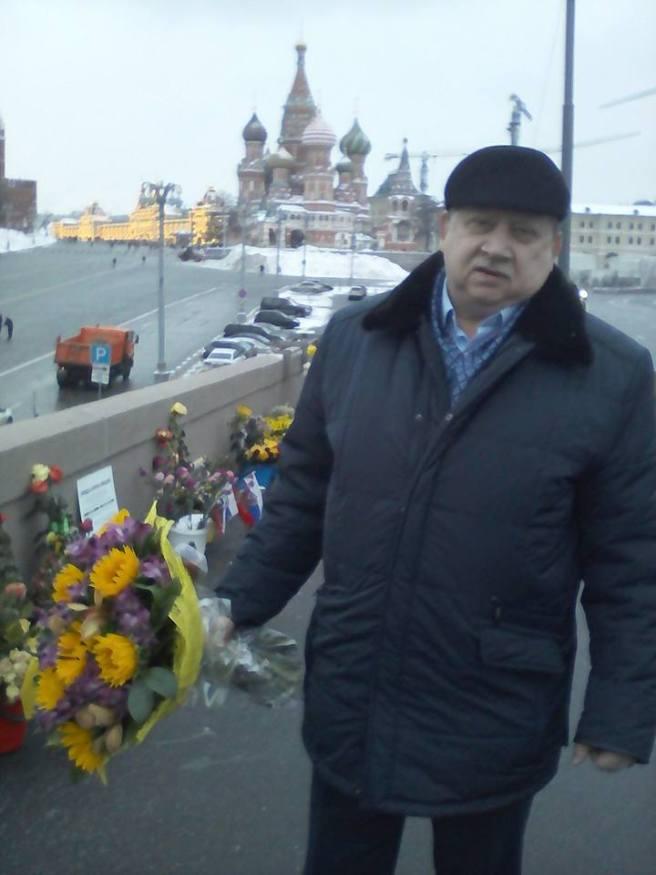 Александр, гость из Владивостока. Принес цветы в память о Борисе Ефимовиче