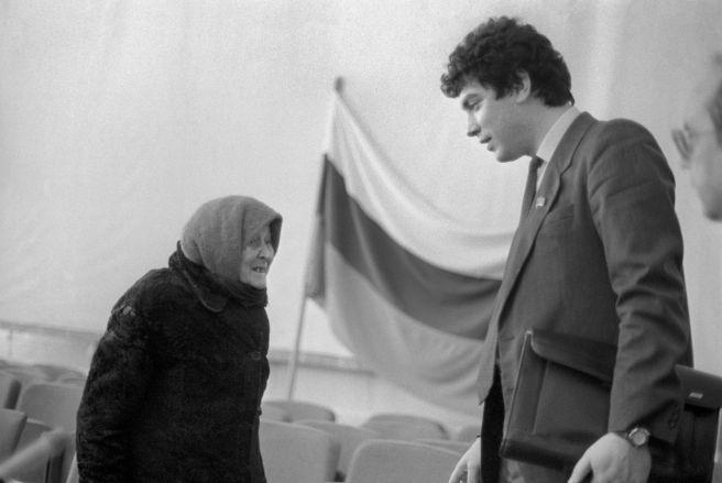 НИЖЕГОРОДСКАЯ ОБЛАСТЬ. ГУБЕРНАТОР БОРИС НЕМЦОВ ВО ВРЕМЯ ВСТРЕЧИ С ИЗБИРАТЕЛЯМИ В АРЗАМАСЕ, 1992 ГОД