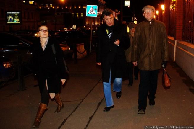 Немцов дождался Владимира Рыжкова, и оппозиционные политики решили двигаться в сторону Триумфальной площади.