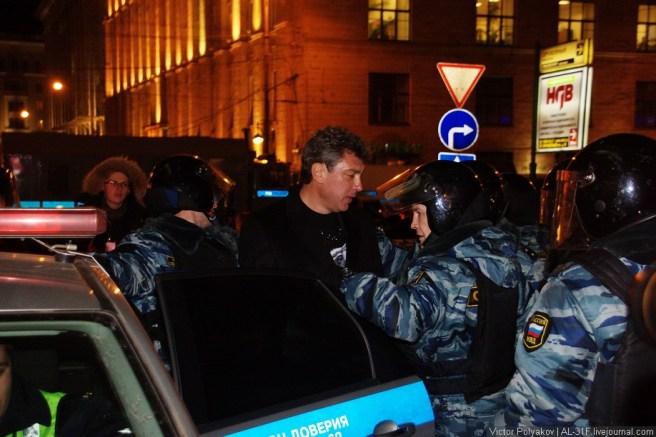 Немцова посадили в полицейскую машину и увезли.