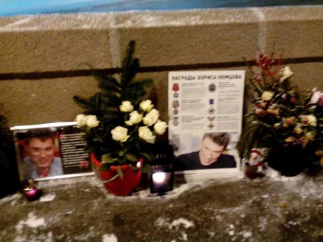 Свежие цветы. Принесла Алена Голубева. Она собирает видеоархив речей, интервью Бориса Немцова