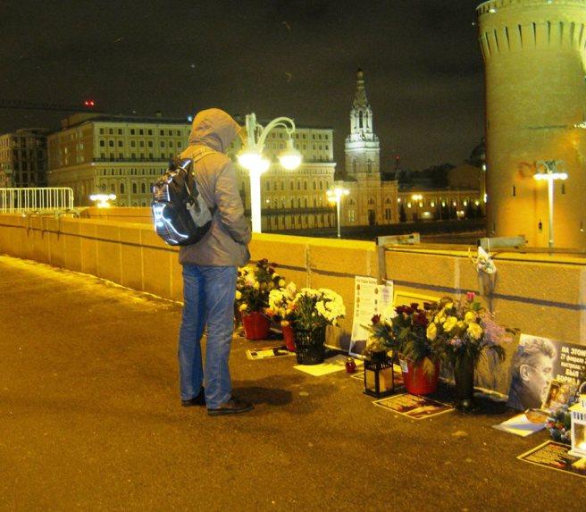 12.12.2016. Немцов мост. Прохожий