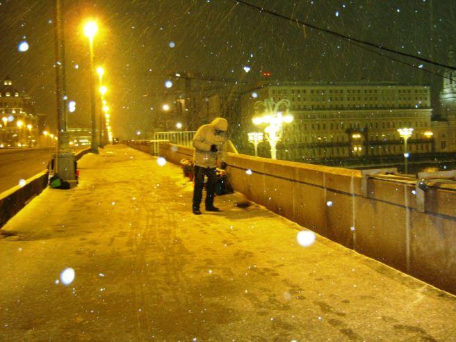 26.12.2016 Дежурство на Немцовском мемориале. Иван подметает