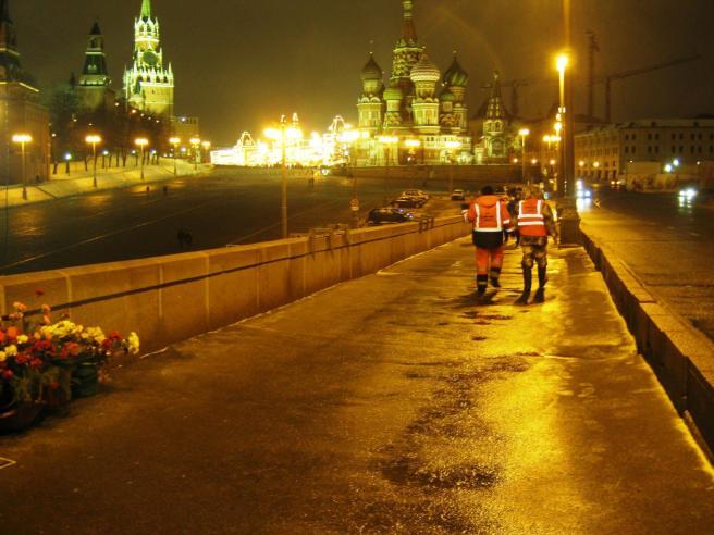26.12.2016. Дежурство на Немцовском мемориале. Рабочие Гормоста. Долго стояли и читали нашу информацию. Потом пошли.