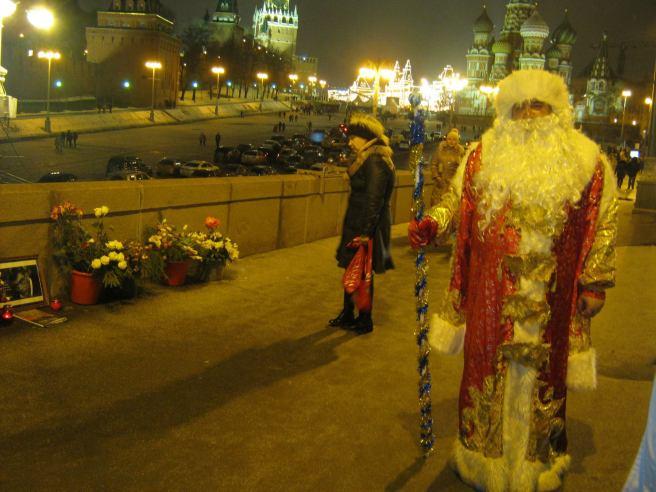 Немцов мост. Дед Мороз на мемориале
