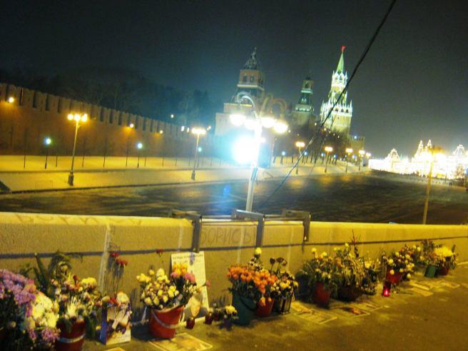 09.01.2017. Таинственный обряд на мемориале Немцова. Так выглядел сам мемориал.