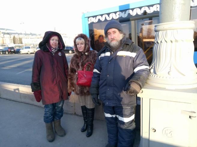 Дежурные Григорий и Ирина и гость мемориала