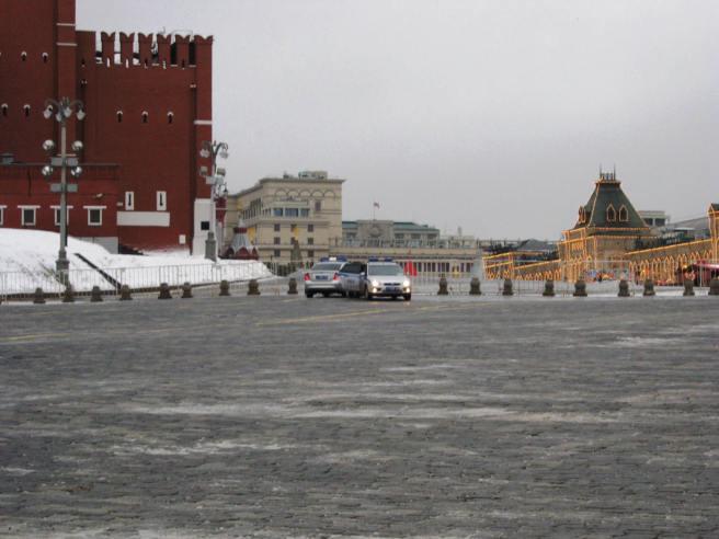 Две полицейские машины. полицейские встречаются, что то передают друг другу и разъезжаются