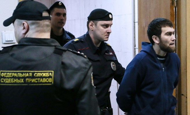MOSCOW, RUSSIA. NOVEMBER 24, 2015. Anzor Gubashev (R), a defendant in the Russian politician Boris Nemtsov murder case, escorted by police officers ahead of a hearing into the investigation's request to extend his arrest at Moscow's Basmanny District Court. Sergei Savostyanov/TASS Анзор Губашев в Басманном суде, 2015 год. Фото: Сергей Савостьянов / ТАСС