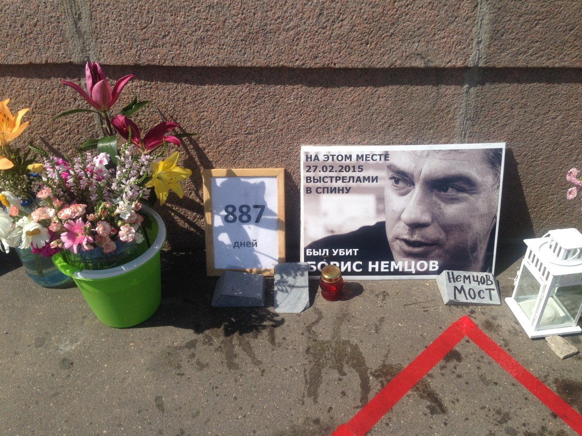 "Цветы для Бориса. Кто-то написал на кусочке гранита ""Немцов мост"""