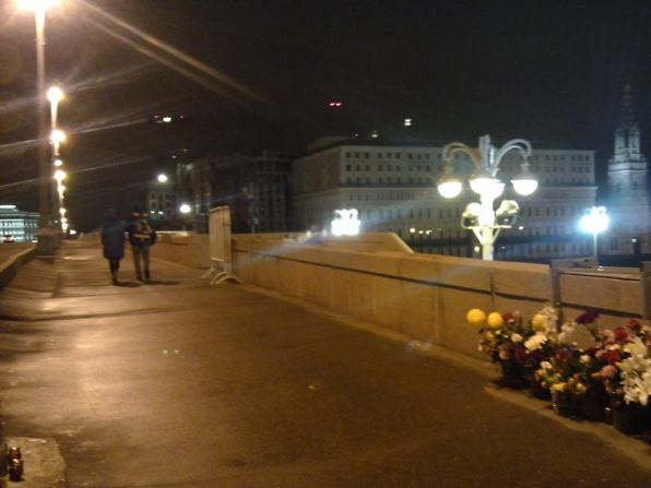 Немцов Мост. Дежурство Прохожие . Фотографии — Карина Старостина
